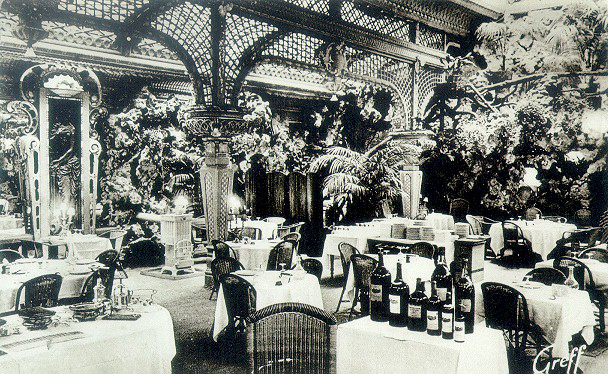 The dining room at the Chapon Fin in the early twentieth century.